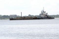 Μεγάλη ρωσική φορτηγίδα με την άμμο στον ποταμό για να αντιμετωπίσει στοκ εικόνα