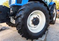 Μεγάλη ρόδα του νέου σύγχρονου γεωργικού τρακτέρ νέα Ολλανδία στο disp Στοκ φωτογραφία με δικαίωμα ελεύθερης χρήσης