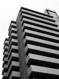 Μεγάλη σύγχρονη πολυκατοικία με τα εξωτερικά μπαλκόνια Στοκ φωτογραφία με δικαίωμα ελεύθερης χρήσης