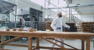 Μεγάλη τηλεοπτική λήψη του μεγάλου κατασκευαστικού ατόμου αρτοποιών αρτοποιείων χορεύοντας αστείου με τη γενειάδα προετοιμάζοντας απόθεμα βίντεο