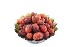 Μεγάλη φρέσκια φράουλα στο σκοτεινό κύπελλο γυαλιού που απομονώνεται στο λευκό στοκ εικόνες