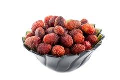 Μεγάλη φρέσκια φράουλα στο σκοτεινό κύπελλο που απομονώνεται στο λευκό στοκ εικόνες με δικαίωμα ελεύθερης χρήσης