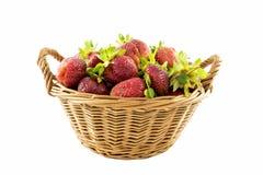 Μεγάλη φρέσκια φράουλα στο ψάθινο καλάθι που απομονώνεται στο λευκό στοκ φωτογραφίες