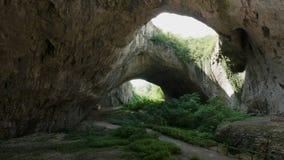 Μεγάλη φυσική σπηλιά στα βουνά φιλμ μικρού μήκους