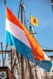 Μεγάλη χρωματισμένη ολλανδική σημαία tradiotional με το πορτοκάλι αντί του κοκκίνου στοκ φωτογραφία