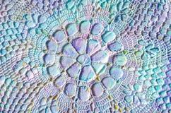 Μεγάλη χρωματισμένη πετσέτα με το γεωμετρικό σχέδιο στο αφηρημένο ζωηρόχρωμο ακρυλικό υπόβαθρο Στοκ εικόνα με δικαίωμα ελεύθερης χρήσης