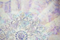 Μεγάλη χρωματισμένη πετσέτα με το γεωμετρικό σχέδιο στο αφηρημένο ζωηρόχρωμο ακρυλικό υπόβαθρο Στοκ Εικόνες