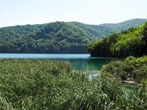 Μεγάλη όμορφη μπλε λίμνη στο κέντρο του εθνικού πάρκου λιμνών Plitvice, Κροατία στοκ εικόνα