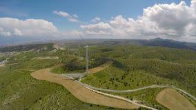 Μεγάλοι ανεμοστρόβιλοι που στέκονται στους τομείς, φιλική προς το περιβάλλον παραγωγή ηλεκτρικής ενέργειας απόθεμα βίντεο