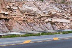 Μεγάλοι απότομοι βράχοι κοντά στο δρόμο Στοκ φωτογραφίες με δικαίωμα ελεύθερης χρήσης