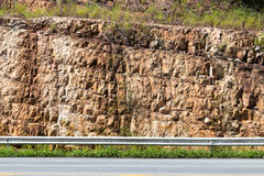 Μεγάλοι απότομοι βράχοι κοντά στο δρόμο Στοκ Εικόνες