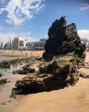 Μεγάλοι βράχοι στην παραλία Μπιαρίτζ στη νότια Γαλλία στοκ φωτογραφίες με δικαίωμα ελεύθερης χρήσης