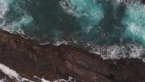 Μεγάλοι βράχοι στο νερό, που προκύπτει από την παγωμένη λάβα Πανοραμική θέα, κρύσταλλο - σαφής ωκεανός και αφρός από την ακτή απόθεμα βίντεο