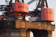 Μεγάλοι γερανοί σε ένα σκάφος κατασκευής Στοκ Εικόνες