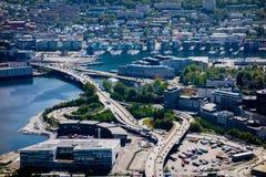 Μεγάλοι δρόμοι σύνδεσης ανταλλαγής κοντά στο κέντρο πόλεων του Μπέργκεν στοκ εικόνα