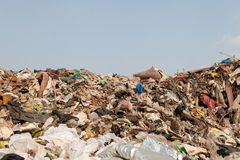 Μεγάλοι μικτοί απόρριψη και μπλε ουρανός σκουπιδιών Στοκ Φωτογραφίες