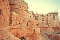 Μεγάλοι πύργοι του ιστορικού οχυρού Jaisalmer με τους μνημειακούς τοίχους πετρών πέρα από την παλαιά πόλη, Ινδία Στοκ εικόνες με δικαίωμα ελεύθερης χρήσης