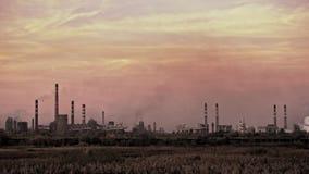 Μεγάλοι σωλήνες εργοστασίων που μολύνουν το περιβάλλον και που ρίχνουν τη σκόνη και καπνός στον αέρα φιλμ μικρού μήκους