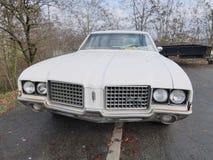 Μεγάλος άσπρος oldsmobile στοκ εικόνα με δικαίωμα ελεύθερης χρήσης