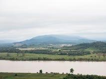 Μεγάλος ήρεμος ποταμός κοντά στο αγρόκτημα και το χωριό επαρχίας στοκ εικόνες