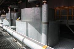 Μεγάλος ανταλλάκτης θερμότητας σιδήρου, δεξαμενή, αντιδραστήρας, στήλη απόσταξης στη θερμική μόνωση του φίμπεργκλας και ορυκτό μα στοκ φωτογραφίες