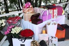 Μεγάλος αριθμός λουλουδιών και δώρων Στοκ Εικόνες