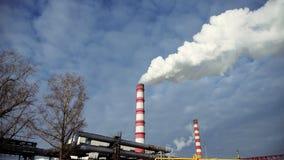 Μεγάλος βιομηχανικός κόκκινος και άσπρος και άσπρος καπνός σωλήνων Ένας καπνίζοντας σωλήνας απόθεμα βίντεο