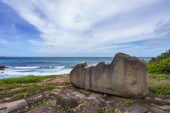 Μεγάλος βράχος γρανίτη στην άγρια ακτή του anse songe, Λα digue, seyc Στοκ φωτογραφίες με δικαίωμα ελεύθερης χρήσης