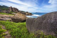 Μεγάλος βράχος γρανίτη στην άγρια ακτή του anse songe, Λα digue, seyc Στοκ Εικόνα