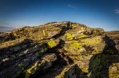 Μεγάλος βράχος με την κίτρινη λειχήνα στην αιχμή Velky Keprnik με το σκούρο μπλε ουρανό σε Jeseniky στοκ εικόνες