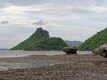 Μεγάλος βράχος στο ημισφαίριο, τον κώνο, ή τη μορφή πυραμίδων που διαβρώνεται από το θαλάσσιο νερό σε Khao Lom Muak, AO Manao, Pr Στοκ Εικόνες