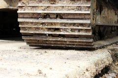 Μεγάλος βυθοκόρος κατασκευής που λειτουργεί σε μια περιοχή οδικής επισκευής ρεπορτάζ στοκ εικόνες