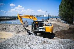 Μεγάλος εκσκαφέας στο νέο εργοτάξιο οικοδομής Στοκ Φωτογραφία
