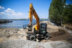 Μεγάλος εκσκαφέας στο νέο εργοτάξιο οικοδομής Στοκ Φωτογραφίες