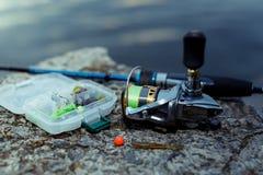 μεγάλος επιτυχής εξοπλισμός κλωστών αλιείας περιστροφή, γάντζοι και θέλγητρα αλιείας στοκ φωτογραφίες