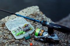 μεγάλος επιτυχής εξοπλισμός κλωστών αλιείας περιστροφή, γάντζοι και θέλγητρα αλιείας στοκ φωτογραφία με δικαίωμα ελεύθερης χρήσης