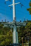 Μεγάλος ηλεκτρικός πύργος στην πυκνά δασώδη περιοχή Στοκ Φωτογραφίες