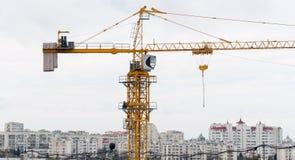 Μεγάλος κίτρινος πύργος γερανών κατασκευής Στοκ φωτογραφίες με δικαίωμα ελεύθερης χρήσης