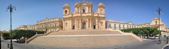 Μεγάλος και άσπρος καθεδρικός ναός Noto στη Σικελία στοκ εικόνα με δικαίωμα ελεύθερης χρήσης