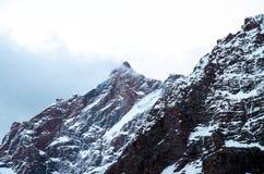 Μεγάλος και υψηλά βουνά στην κεντρική Ασία, Τατζικιστάν με το χιόνι adn clounds στοκ εικόνες με δικαίωμα ελεύθερης χρήσης