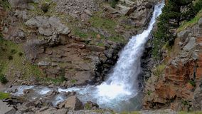 Μεγάλος καταρράκτης στα ισπανικά βουνά των Πυρηναίων, κοντά στην κοιλάδα της Nuria φιλμ μικρού μήκους