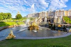 Μεγάλος καταρράκτης των πηγών του παλατιού Peterhof, Αγία Πετρούπολη, Ρωσία στοκ εικόνες με δικαίωμα ελεύθερης χρήσης