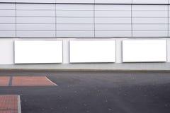 Μεγάλος κενός πίνακας διαφημίσεων σε έναν τοίχο υπεραγορών, εμβλήματα με το δωμάτιο για να προσθέσει το κείμενό σας Στοκ εικόνα με δικαίωμα ελεύθερης χρήσης