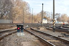 Μεγάλος κενός σηματοφόρος δικράνων σιδηροδρόμου Έννοια του βιομηχανικού λογιστικού και υποβάθρου μεταφορών με την επιλεγμένη εστί στοκ φωτογραφία