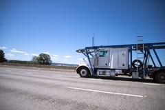 Μεγάλος μεταφορέας αυτοκινήτων φορτηγών εγκαταστάσεων γεώτρησης ημι για τη μεταφορά των αυτοκινήτων στο δύο-s Στοκ φωτογραφία με δικαίωμα ελεύθερης χρήσης