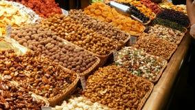Μεγάλος μετρητής με τα διάφορα στρογγυλά γλυκά σοκολάτας στο λούστρο με τα καρύδια και τους ξηρούς καρπούς Το πρόβλημα του διαβήτ απόθεμα βίντεο