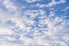 Μεγάλος μπλε ουρανός με τα μεγάλα και smalls άσπρα σύννεφα Στοκ εικόνα με δικαίωμα ελεύθερης χρήσης