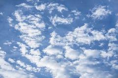 Μεγάλος μπλε ουρανός με τα μεγάλα και smalls άσπρα σύννεφα Στοκ Φωτογραφία