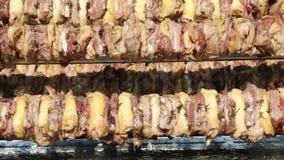 Μεγάλος οβελός με το οβελίδιο κρέατος απόθεμα βίντεο