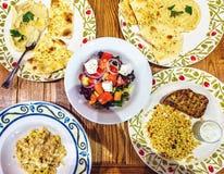 Μεγάλος πίνακας με τα παραδοσιακές γεύματα και τη σαλάτα στοκ εικόνες με δικαίωμα ελεύθερης χρήσης